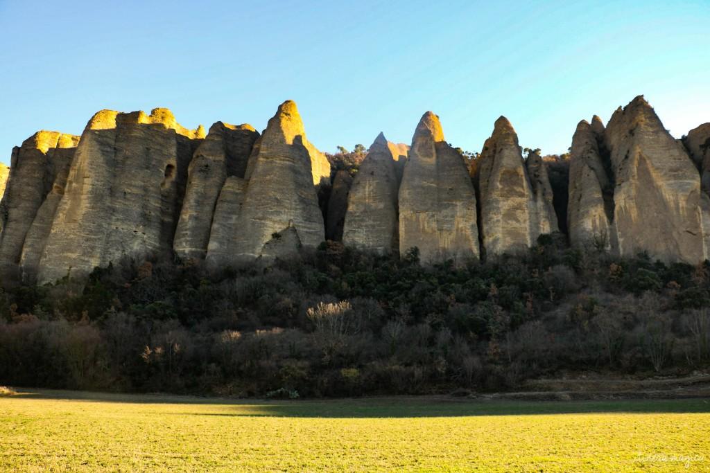 Au bord de la Durance, les silhouettes colossales des Pénitents des Mées. Coins secrets de Provence. Durance, Lubéron, Haute Provence sur Itinera Magica
