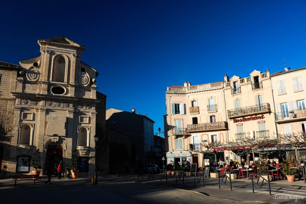 Place du village de Forcalquier, avec l'ancien couvent des Visitandines sur la gauche.