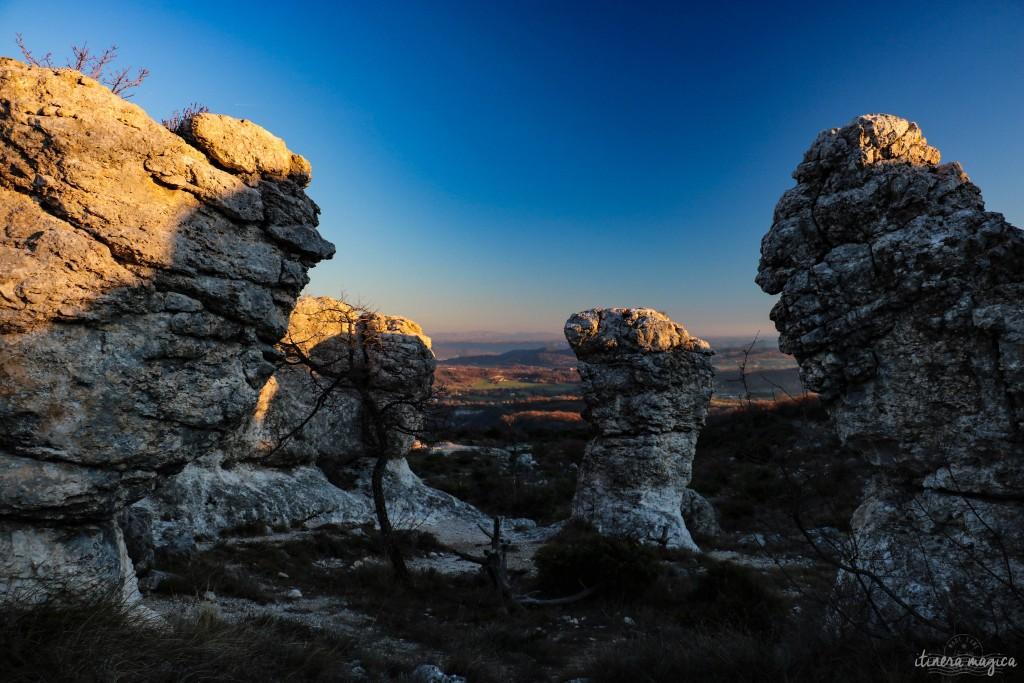 Crépuscule sur le plateau des Mourres. Coins secrets de Provence. Durance, Lubéron, Haute Provence sur Itinera Magica