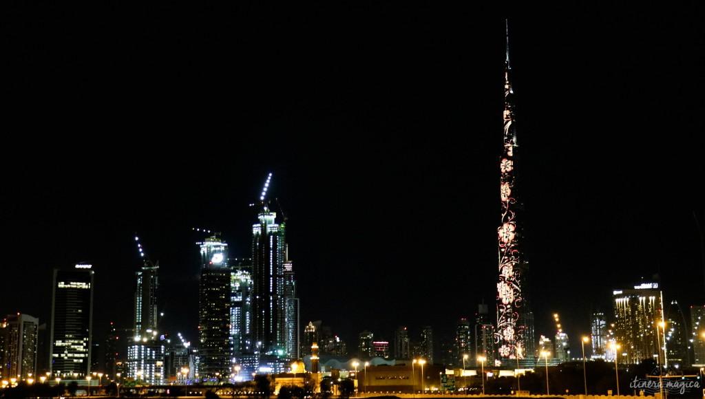 La Burj Khalifa illuminée de fleurs, la nuit.