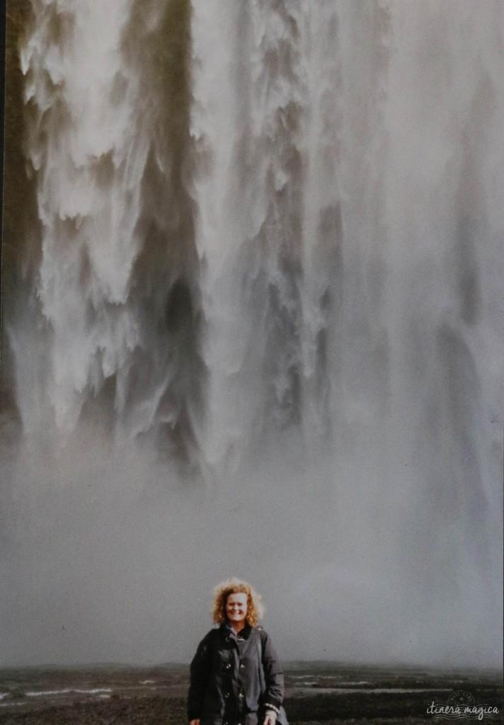 Ma mère, devant Skogafoss.