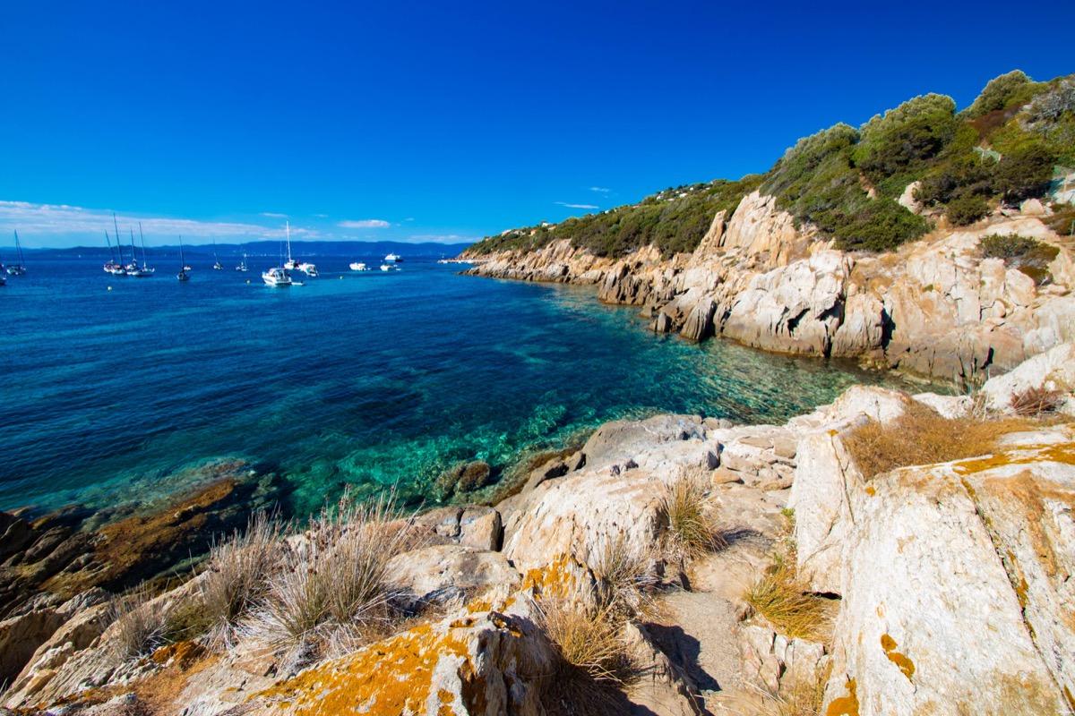 Découvrez l'ïle du Levant, un paradis méditerranéen préservé au large d'Hyères. Criques rocheuses à l'eau turquoise, village bohème d'artistes, végétation luxuriante, cette île naturiste est irrésistiblement exotique. Découvrez Le Levant sur le blog Itinera Magica !