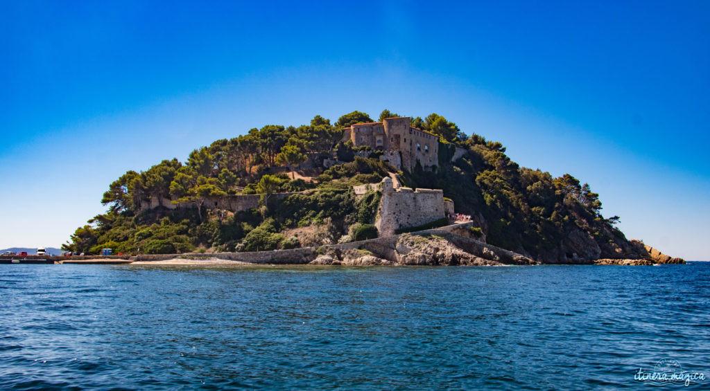 Les plus belles excursions en bateau depuis Hyères : découvrez Port-Cros ou Porquerolles, partez observer les dauphins, dénichez des plages secrètes, savourez tous les charmes de la Côte d'Azur. Un guide complet sur Itinera Magica
