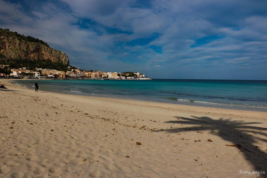 Der Strand von Mondello unter der Februarsonne.