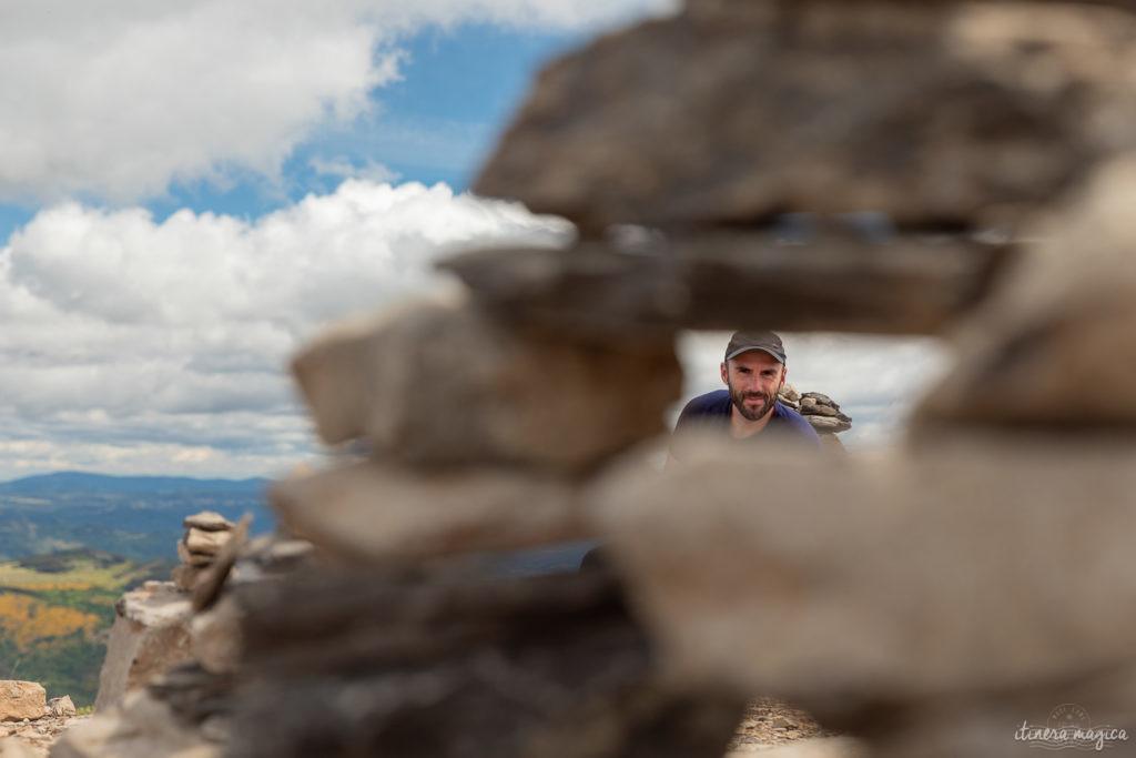 L'ascension est raide, mais brève et bien balisée : un jeu amusant d'escalade sur les dalles de pierre grise.