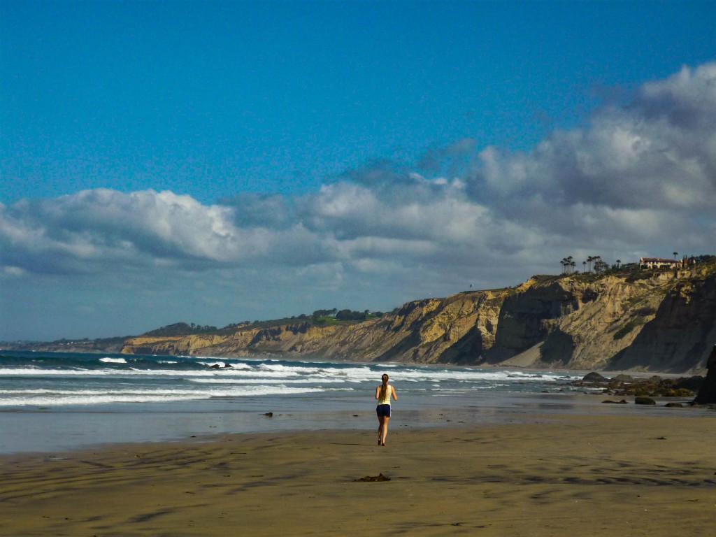 Jogging à travers le mythe, vies parfaites, plages perpétuelles à Del Mar.