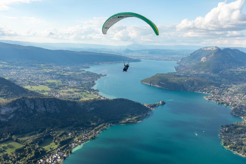 Que voir et que faire sur le lac d'Annecy? Les joyaux du lac d'Annecy : Talloires, un tour en bateau sur le lac d'Annecy, un vol en parapente à la Forclaz, de très bonnes adresses.