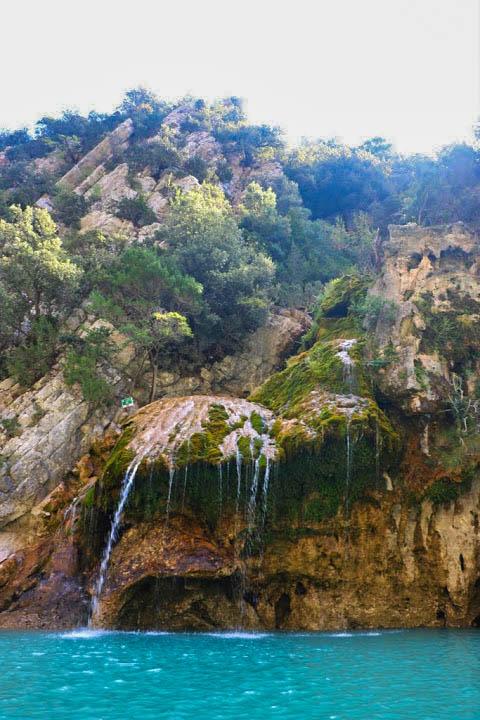 Une cascade dans la gorge du lac de Sainte Croix.