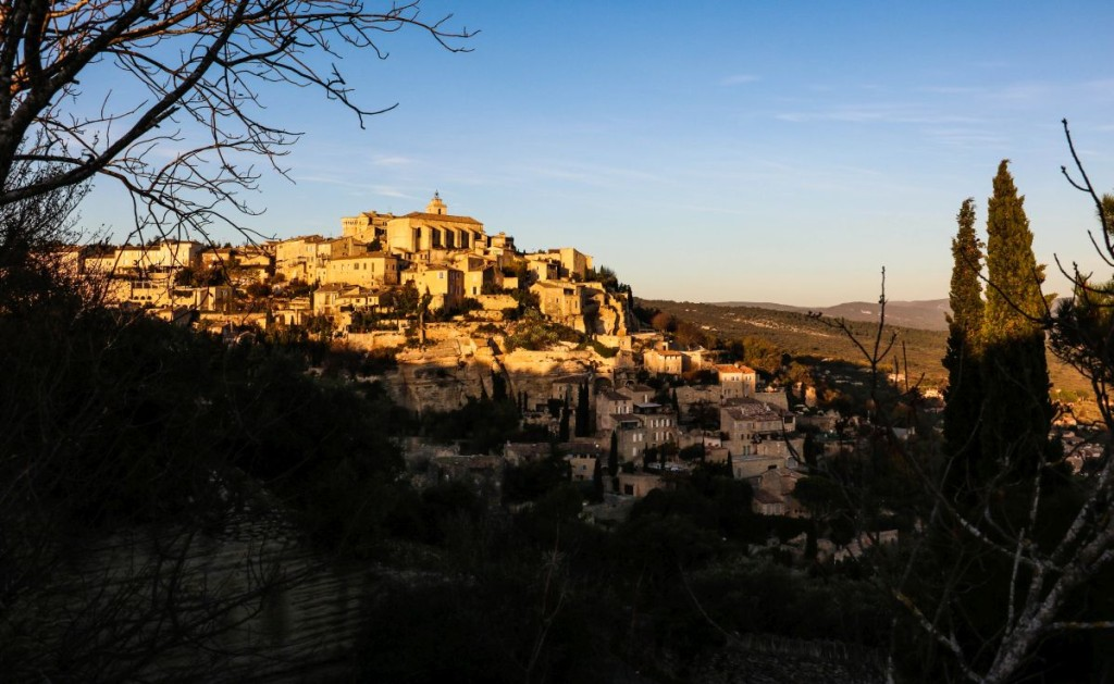 Gordes, le village le plus célèbre du Lubéron, au répuscule.