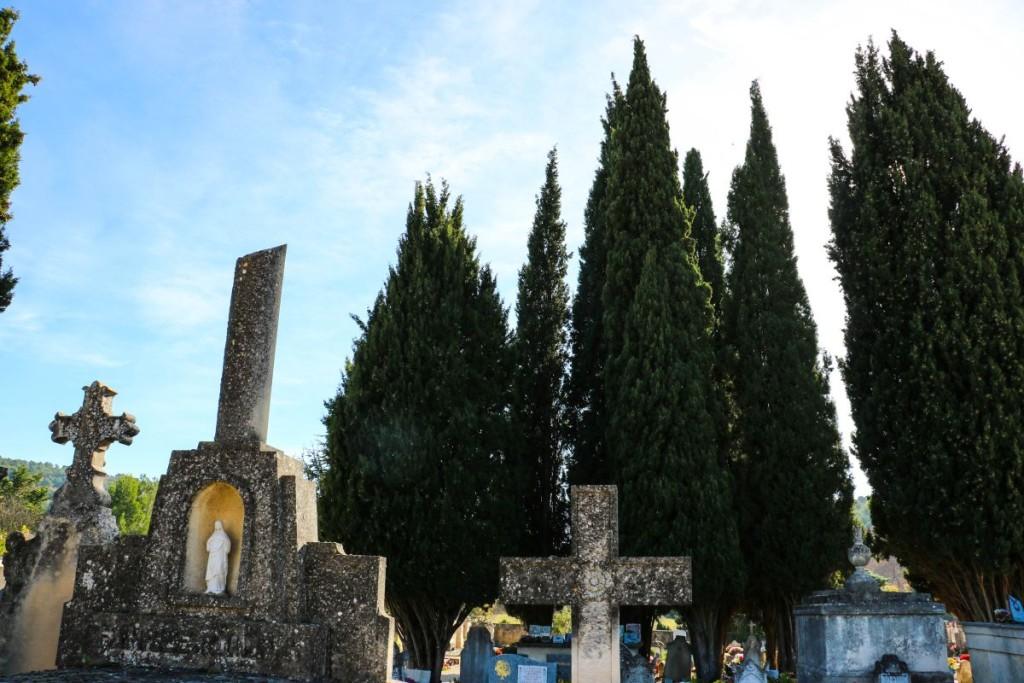 Im Winter bleiben zumindest die Toten an ihrem Posten. Im Friedhof von Lourmarin sind Henri Bosco und Albert Camus begraben – und die gehen nicht weg.