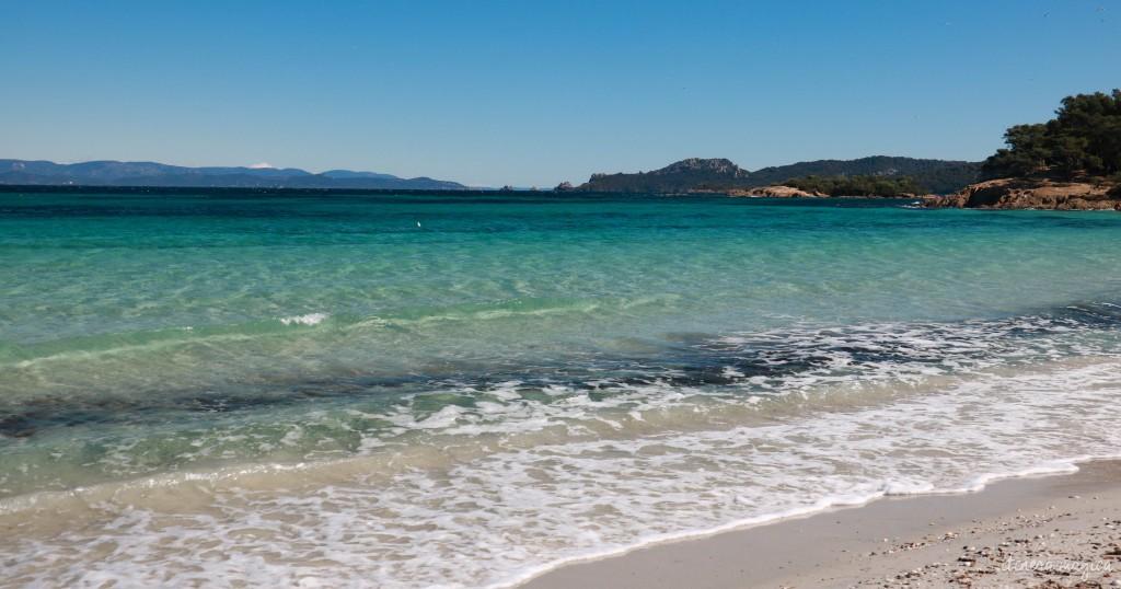 Porquerolles, la plus grande des îles d'Hyères, enchante par ses plages paradisiaques et ses paysages d'île au trésor. Voyage sur la côte d'Azur sauvage.