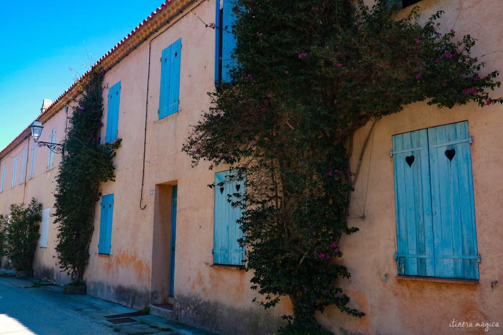 Façades du village de Porquerolles.