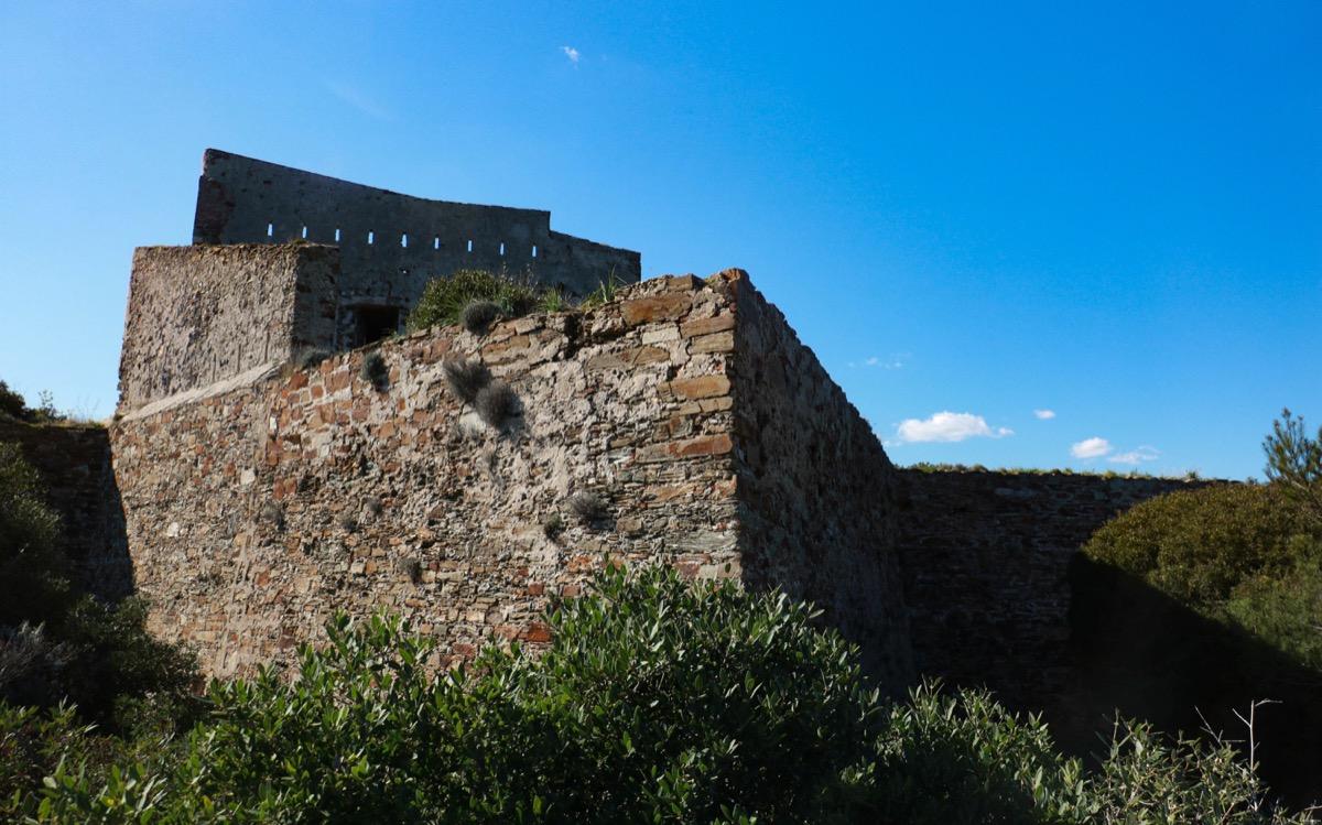 Batterie des Mèdes à Porquerolles. Ruines romantiques et gothiques en France