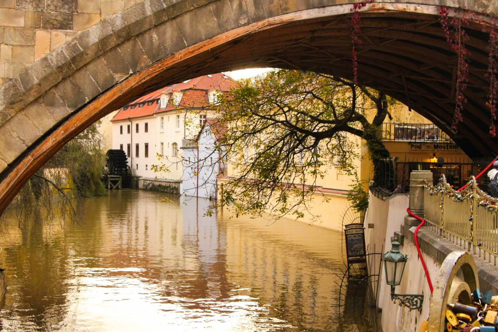 Sous les ponts de Malá Strana, des cadenas et mon coeur à Prague enchaîné.
