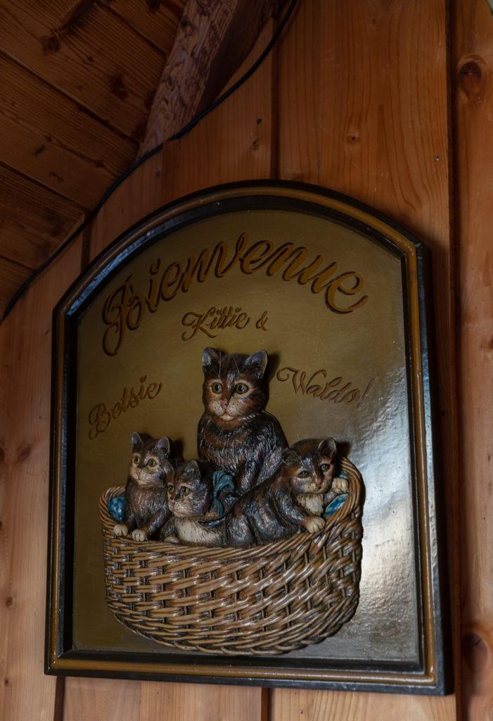 Folles de chats, Marion et moi avons adoré Le Gros Minet, le resto où les félins sont rois. Chats aux murs, chats sur les tables, et vrais chats ronronnants qui viennent rendre visite aux convives attablés en terrasse, un vrai bonheur pour nous, la déco parfaite ! Le restaurant propose des planches de tapas de spécialités pyrénéennes et espagnoles de grande qualité, en lien direct avec les producteurs locaux, et d'excellentes salades.