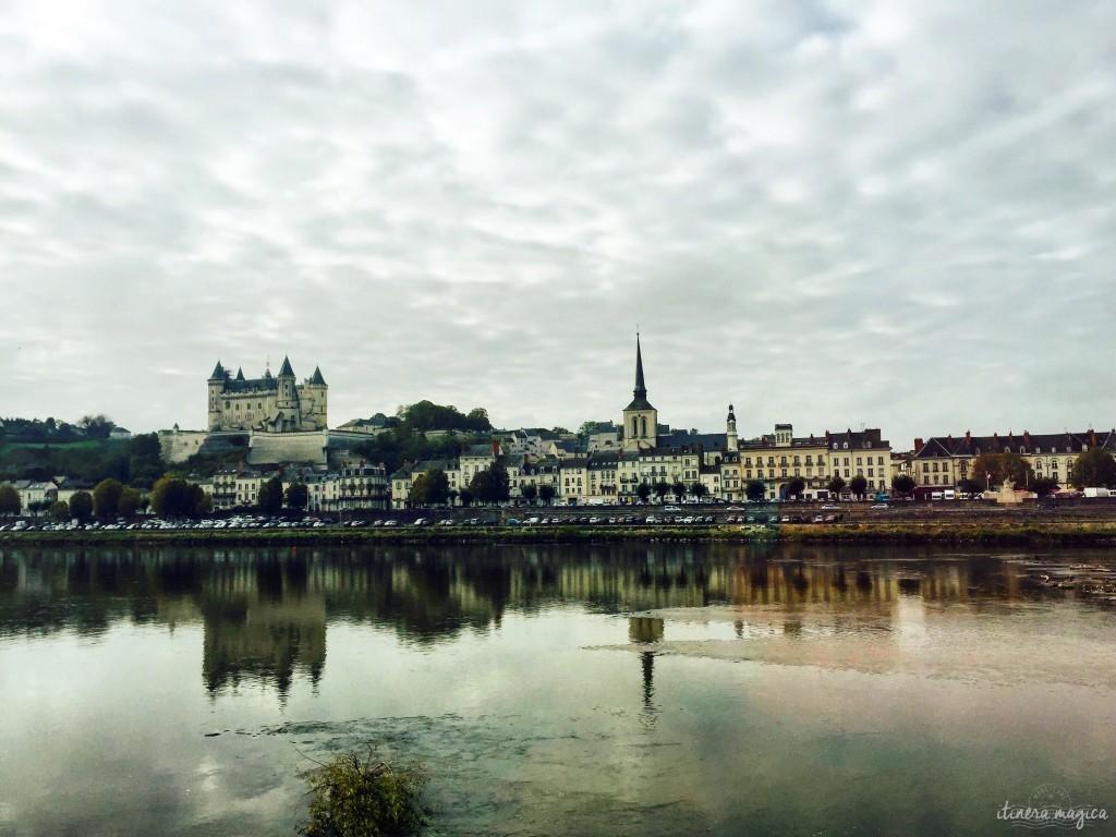 Saumur se reflétant dans les eaux de la Loire.