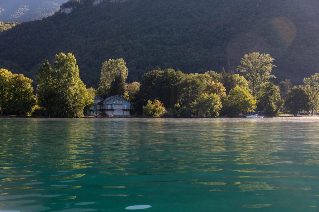 Que voir et que faire sur le lac d'Annecy? Les joyaux du lac d'Annecy : Talloires, un tour en bateau sur le lac d'Annecy, un vol en parapente à la Forclaz, de très bonnes adresses secrètes au bord du lac d'Annecy