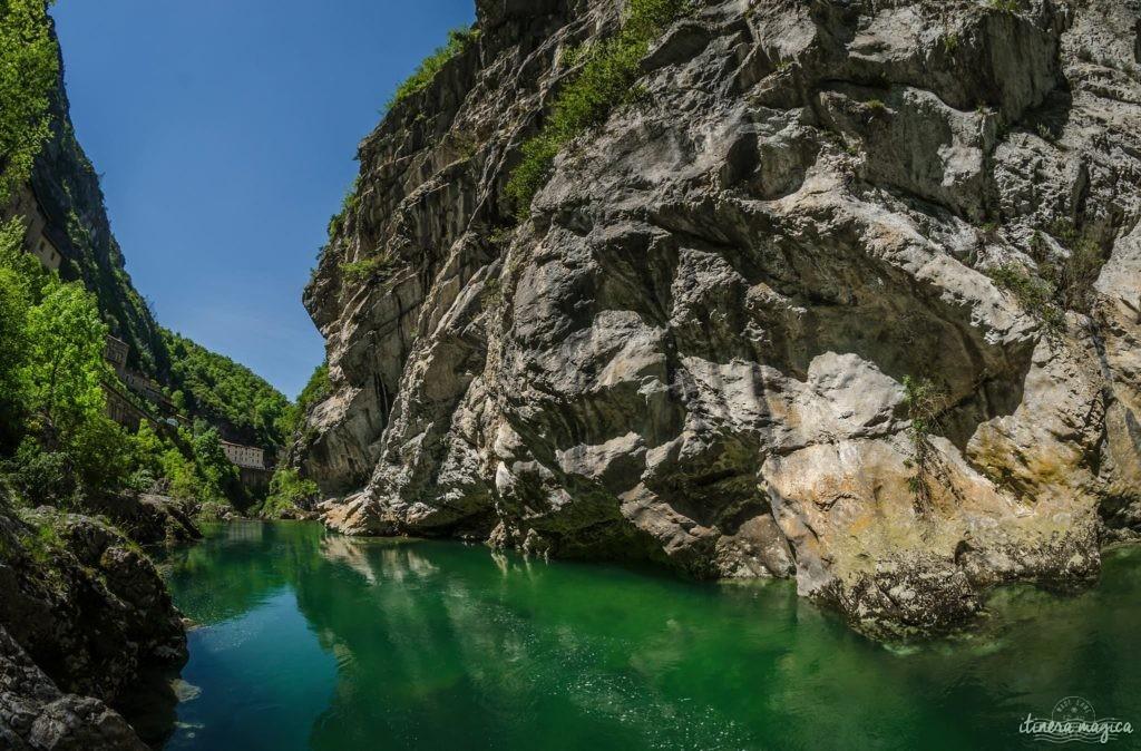Que voir dans le Vercors et le Royans? Randonnées secrètes, cascades émeraude, routes vertigineuses, patrimoine rare, découvrez les secrets du Vercors.